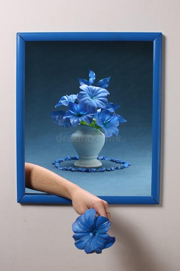 Blumen und blauer Bilderrahmen des Hintergrundes stockbilder