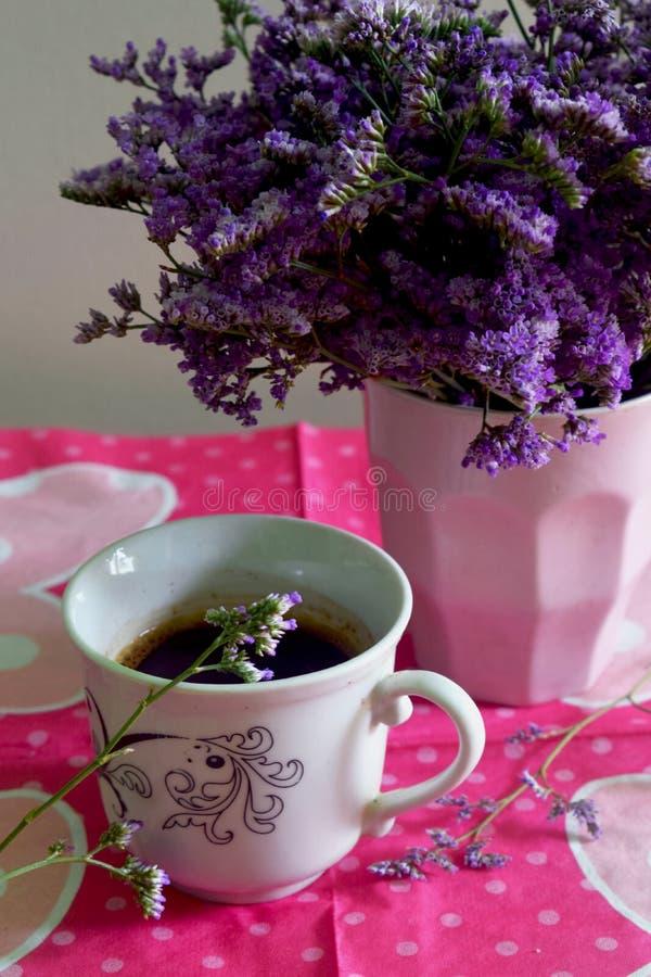 Blumen und coffe für guten Morgen stockfoto