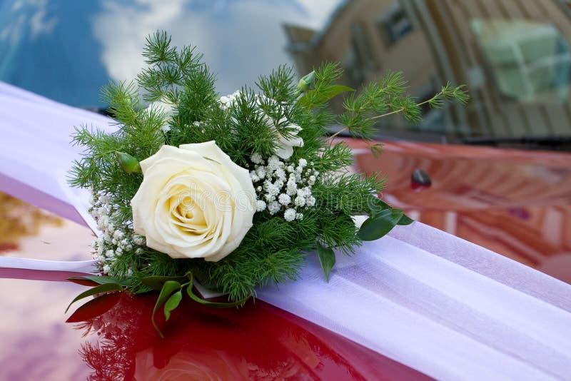 Blumen und Dekorationen an der Hochzeit lizenzfreies stockbild