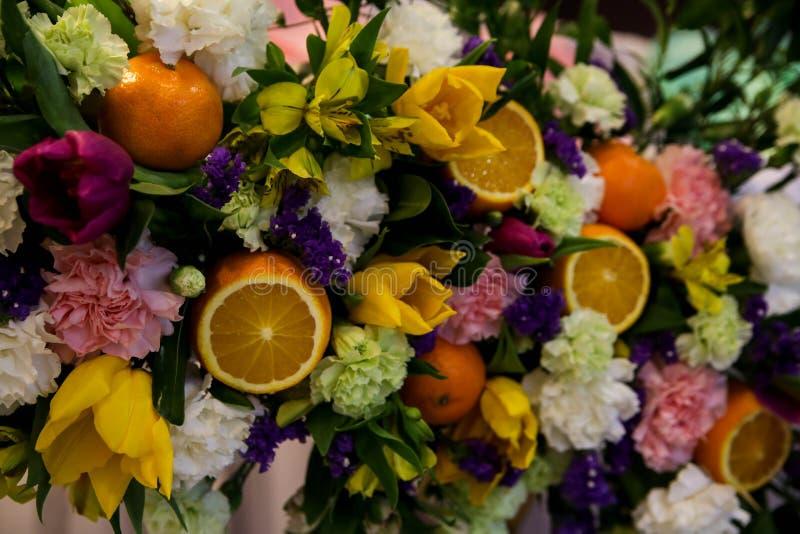 Blumen- und Fruchtzusammensetzung stockfotografie