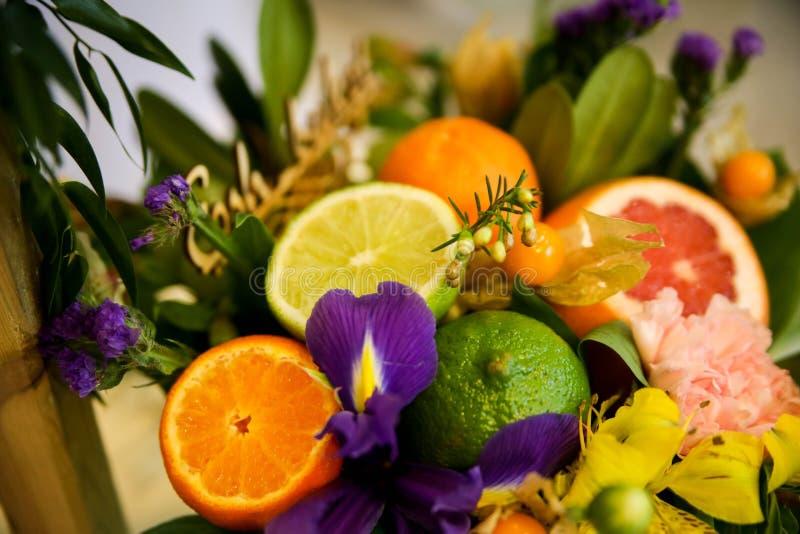 Blumen- und Fruchtzusammensetzung lizenzfreies stockbild