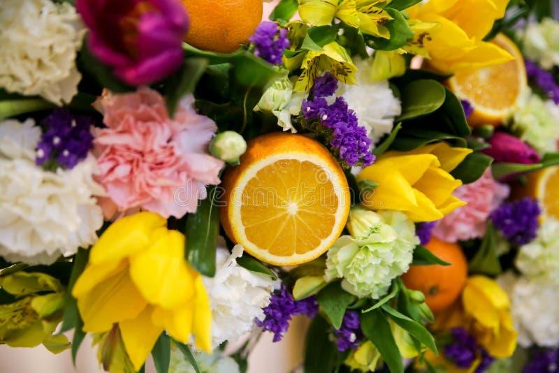 Blumen- und Fruchtzusammensetzung stockfotos