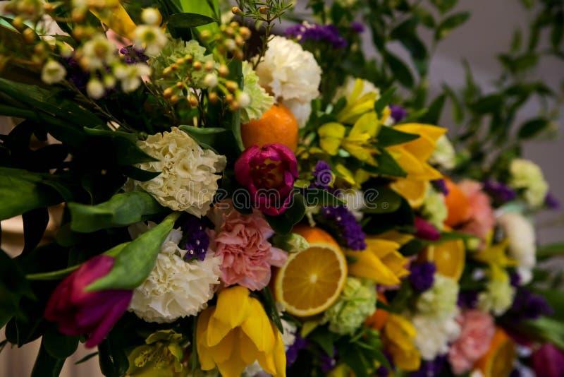Blumen- und Fruchtzusammensetzung lizenzfreie stockbilder
