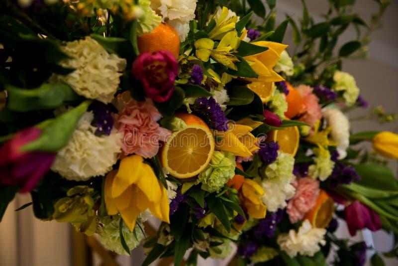 Blumen- und Fruchtzusammensetzung lizenzfreie stockfotos