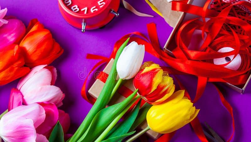 Blumen und Geschenke vor der Verpackung stockbilder