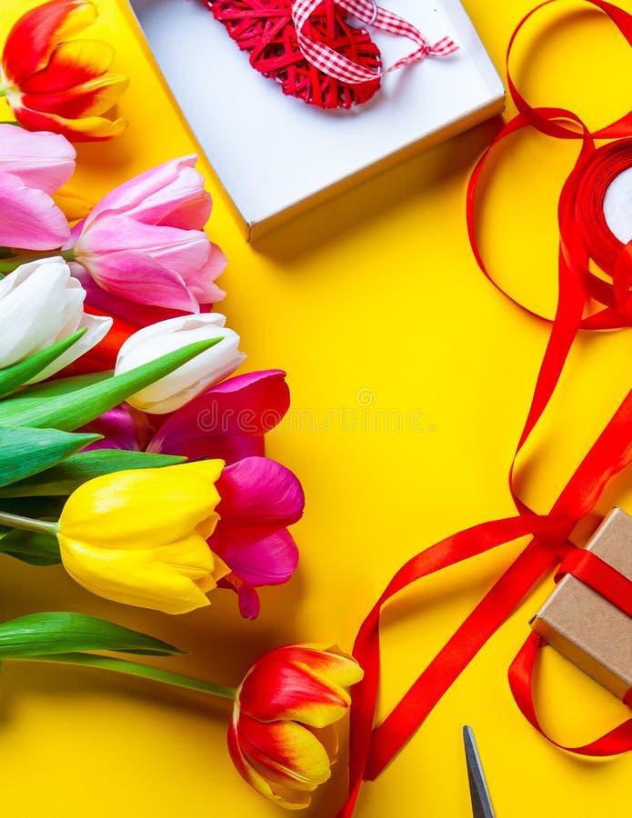 Blumen und Geschenke vor der Verpackung stockfoto