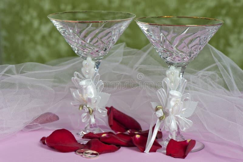 Blumen und Hochzeitsringe stockfoto