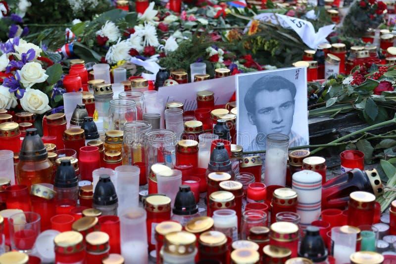 Blumen und Kerzen gelegt in Prag an Quadrat St. Wenceslas, um den 50. Jahrestag des Märtyrertodes von Jan Palach zu gedenken lizenzfreie stockfotos