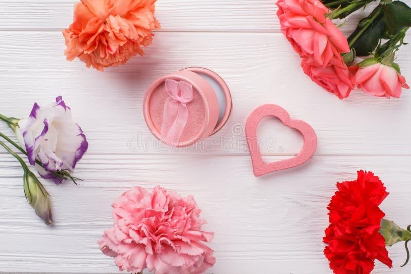 Blumen und kosmetisches Pulver für Frauen lizenzfreie stockfotografie