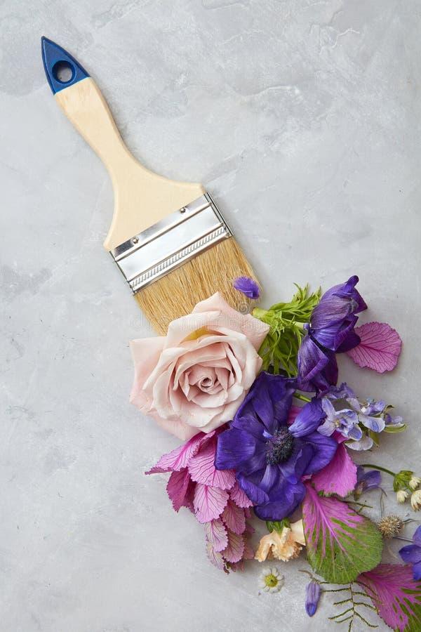 Blumen und Pinsel lizenzfreie stockbilder