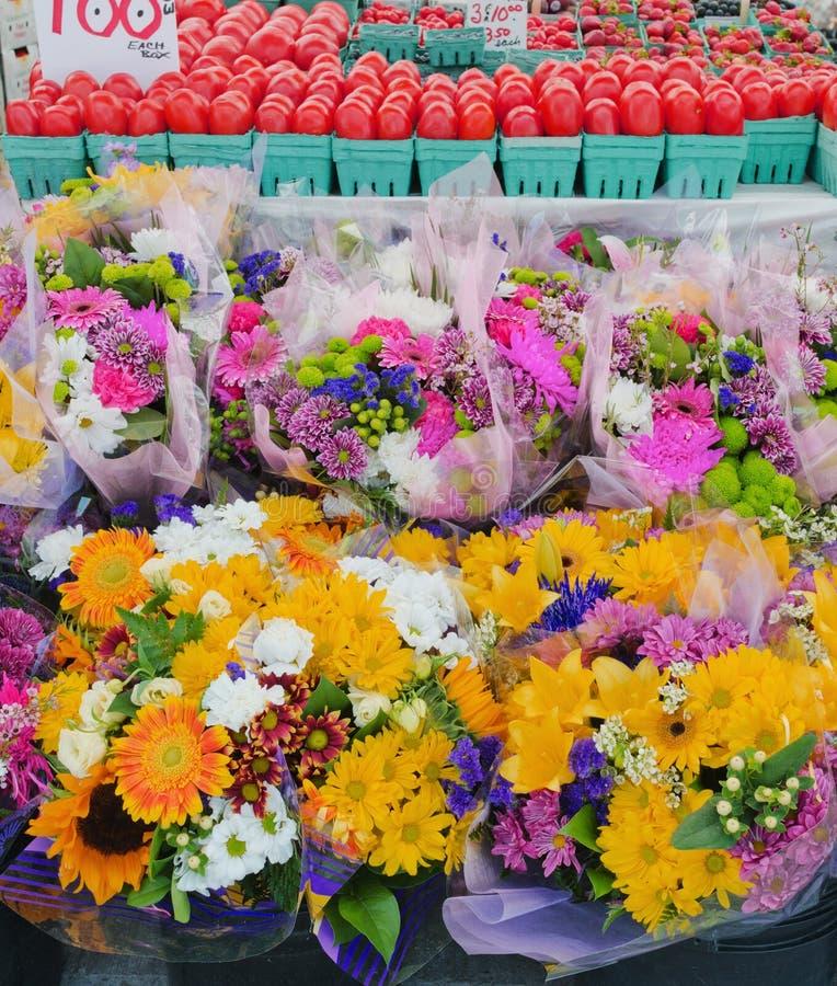 Blumen und Tomaten am Landwirt-Markt stockfoto