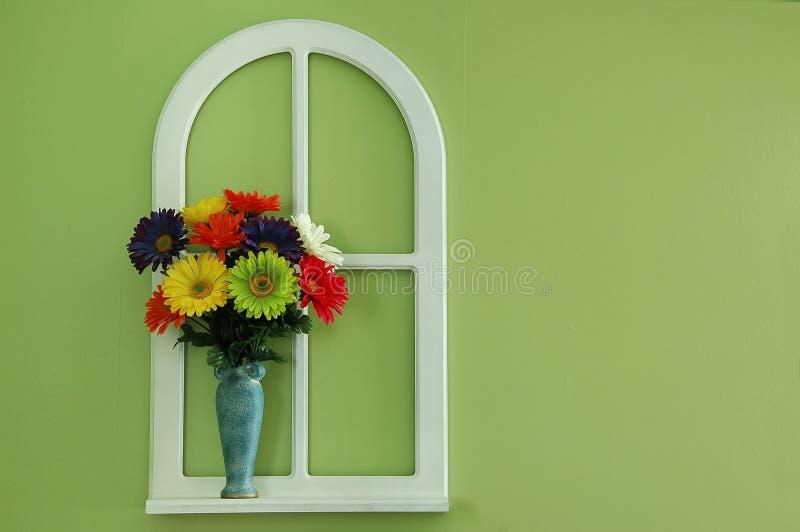 Blumen und Vase durch ein Fenster stockfotografie