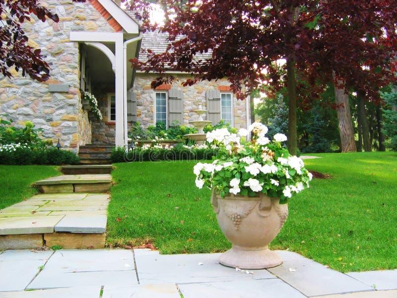Blumen-Urne durch House stockbild