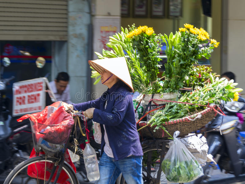 Blumen-Verkäufer in den Straßen von Hanoi stockbilder