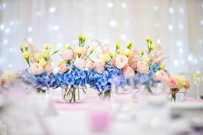 Blumenanordnung auf Hochzeitstafel, Hintergrund für Ereignis oder Partei lizenzfreie stockfotos