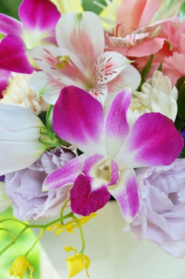 Blumenanordnung mit Orchidee lizenzfreie stockbilder