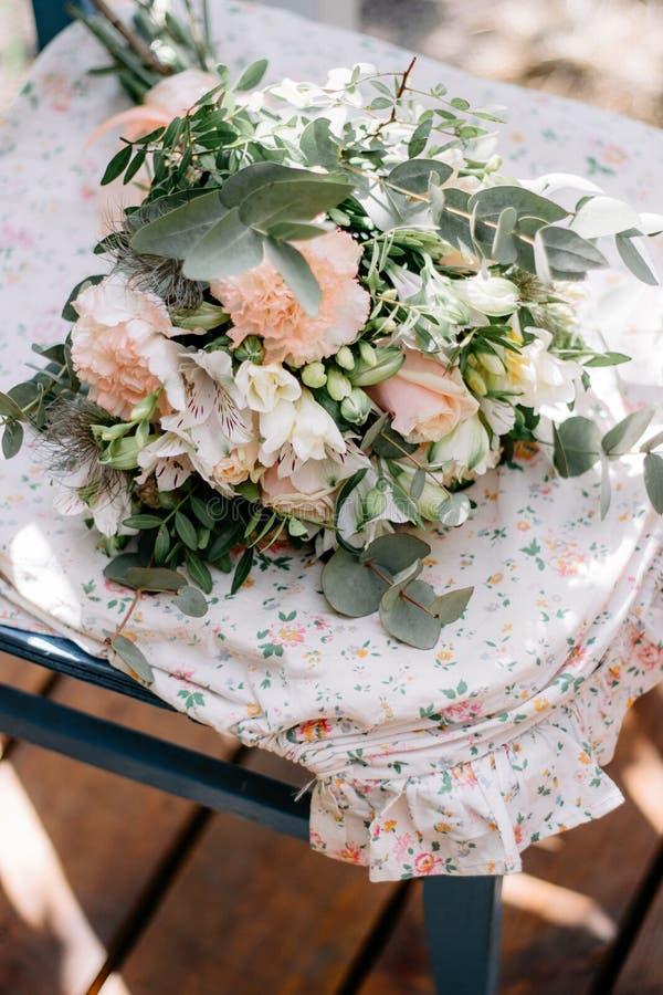 Blumenanordnung mit Rosen in Provence-Art an der Hochzeit, Ereignis stockfotos