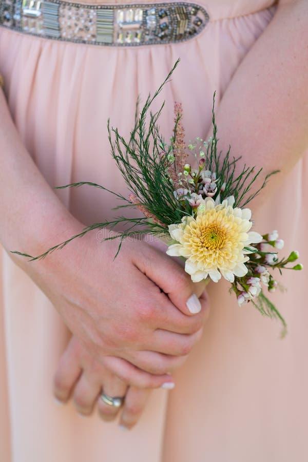 Blumenarmband auf der Hand einer Frau lizenzfreie stockbilder