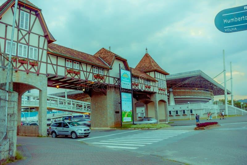 BLUMENAU, BRASIL - 10 DE MAIO DE 2016: condução de carro através da entrada do centro da cidade imagem de stock royalty free