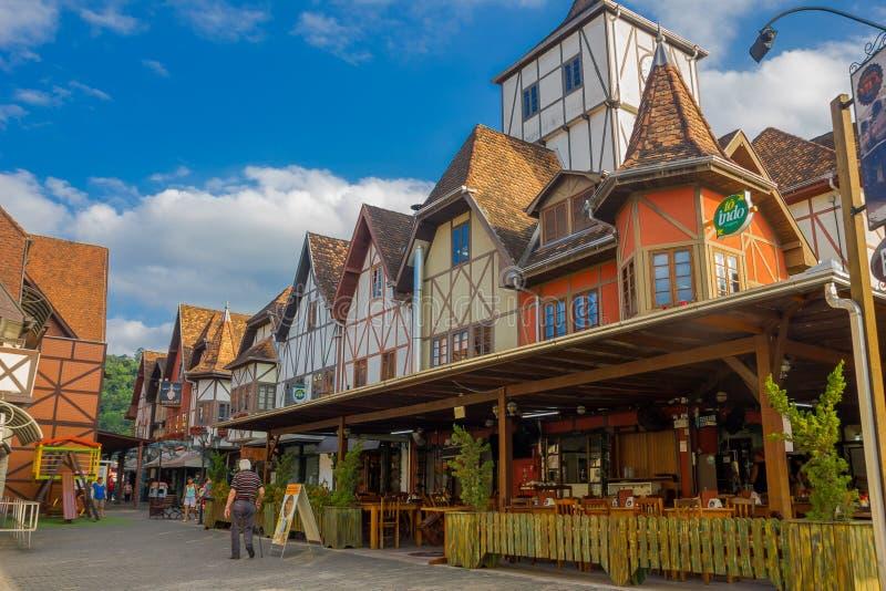 BLUMENAU, BRASIL - 10 DE MAIO DE 2016: restaurante local agradável no canto da rua, casas alemãs do estilo fotos de stock