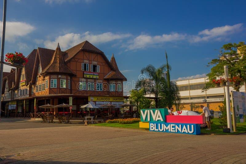 BLUMENAU, BRASIL - 10 DE MAIO DE 2016: sinal do colorfull do blumenau situado na frente de uma casa alemão antiga do estilo no ce fotos de stock