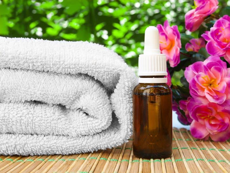 Blumenbadekurort- und Wellnessentwurf mit Ölflasche, Tuch stockfoto