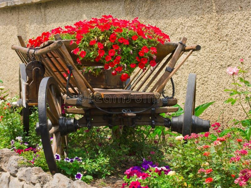 Blumenbett in einem ländlichen Wagen lizenzfreies stockbild