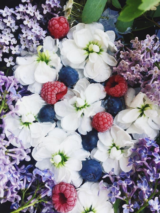Blumenblüte - Hochzeit, Feiertag und Blumengarten redeten Konzept an lizenzfreies stockbild
