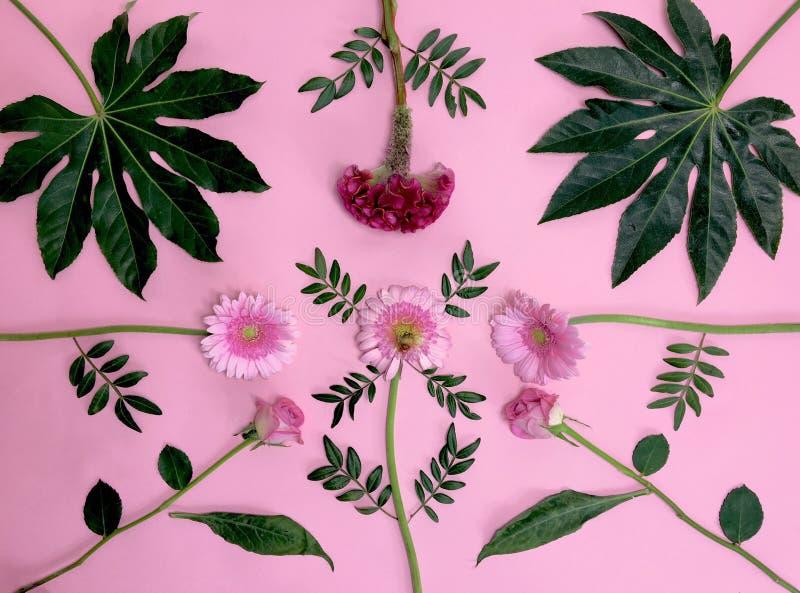 Blumenblumenstrauß auf rosa Oberfläche stockfotos