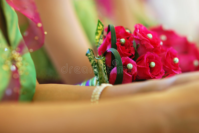 Blumenblumenstrauß mit Brautmädchen stockfotografie