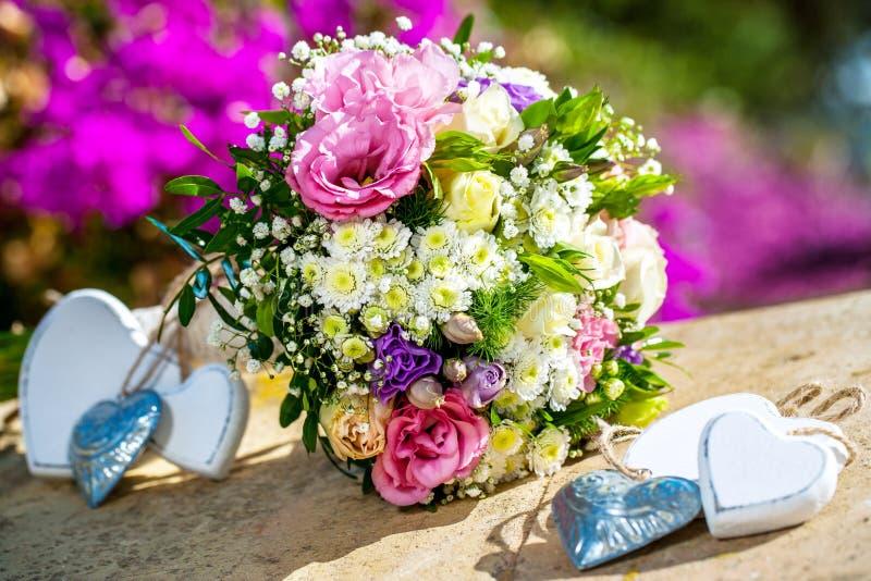 Blumenblumenstrauß mit Herzen. stockbilder