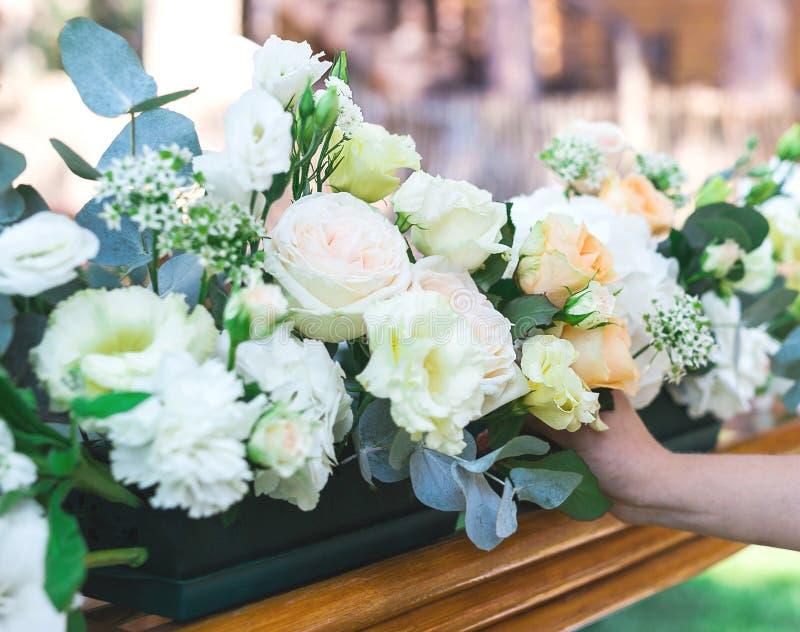 Blumenblumenstrauß vereinbaren für Dekoration im Restaurant lizenzfreies stockbild
