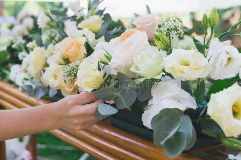 Blumenblumenstrauß vereinbaren für Dekoration im Restaurant stockfotos