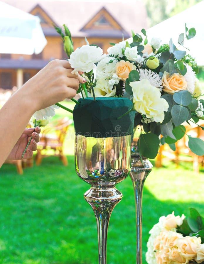 Blumenblumenstrauß vereinbaren für Dekoration im Restaurant stockbilder