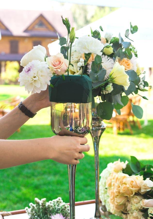 Blumenblumenstrauß vereinbaren für Dekoration im Restaurant lizenzfreie stockfotos