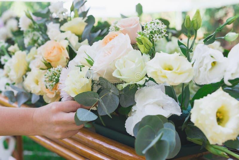 Blumenblumenstrauß vereinbaren für Dekoration im Restaurant stockfotografie