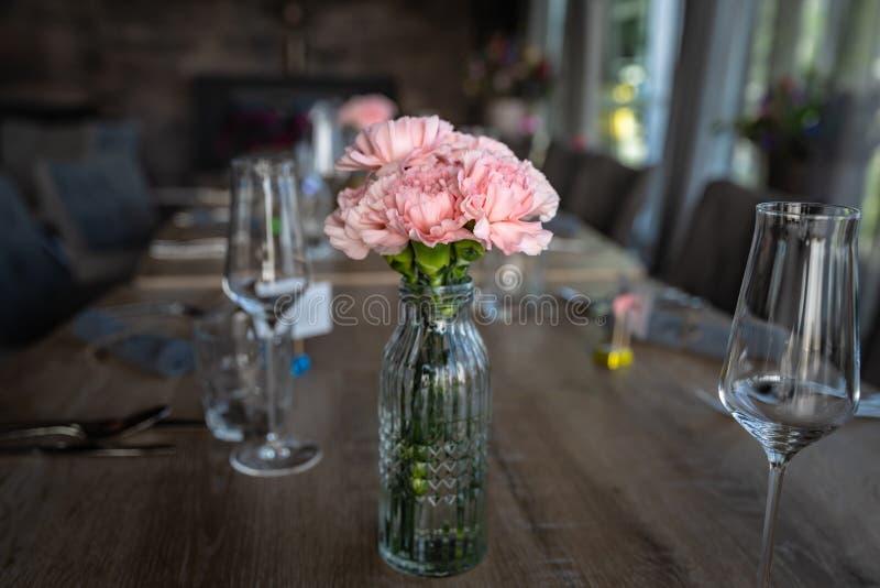 Blumendekoration an der Hochzeit Hochzeitsblumenstrauß der Braut und des Zeuges Goldene Eheringe auf den Blumen lizenzfreie stockfotografie