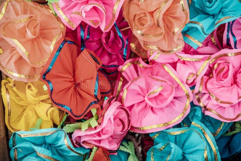 Blumendekoration an der Hochzeit Hochzeitsblumenstrauß der Braut und des Zeuges Goldene Eheringe auf den Blumen stockfotografie