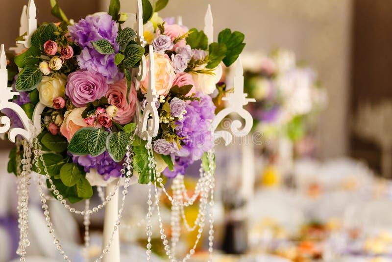 Blumendekoration des Bankettischs, k?nstliche Blumen stockbilder