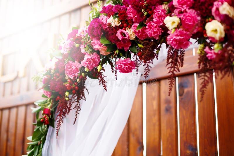 Blumendekoration im Hochzeitstag stockfotografie