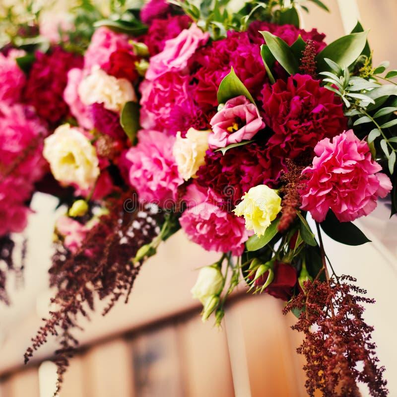 Blumendekoration im Hochzeitstag lizenzfreie stockfotos