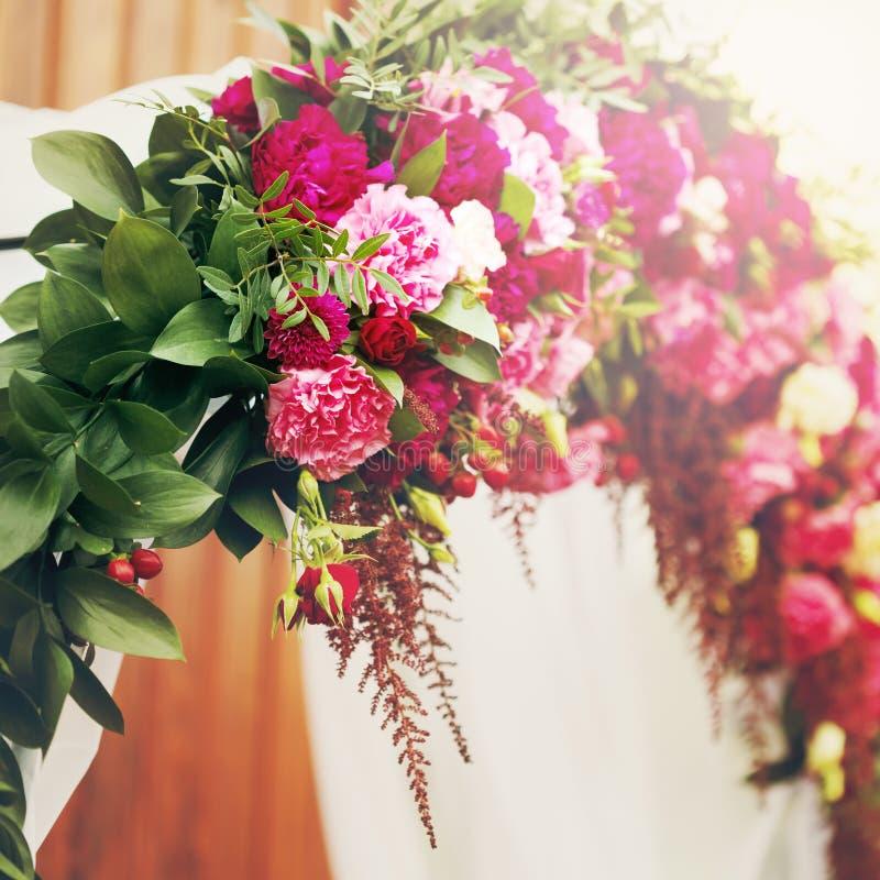 Blumendekoration im Hochzeitstag lizenzfreies stockbild