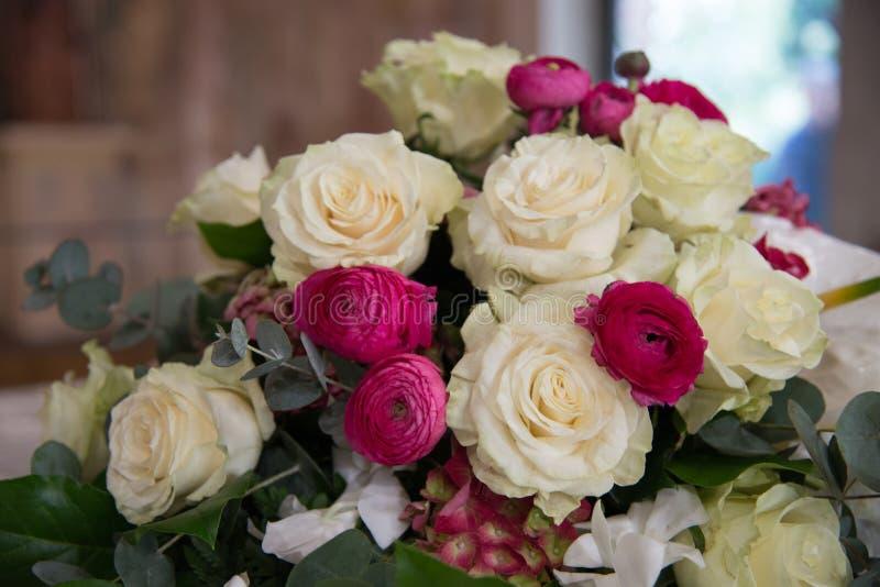 Blumendekorationen an der Hochzeitszeremonie Bouquette von Rosen stockfotos
