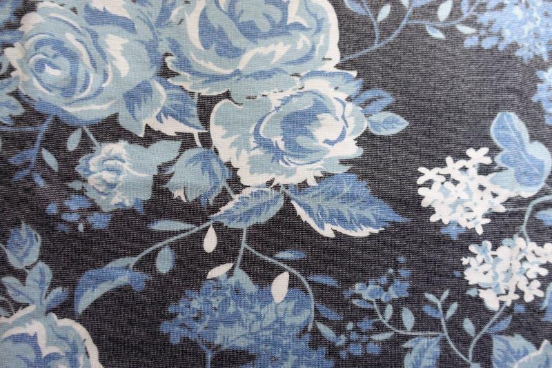Blumendruck in Blauem, weiß, schwarz auf Gewebe stockfotografie