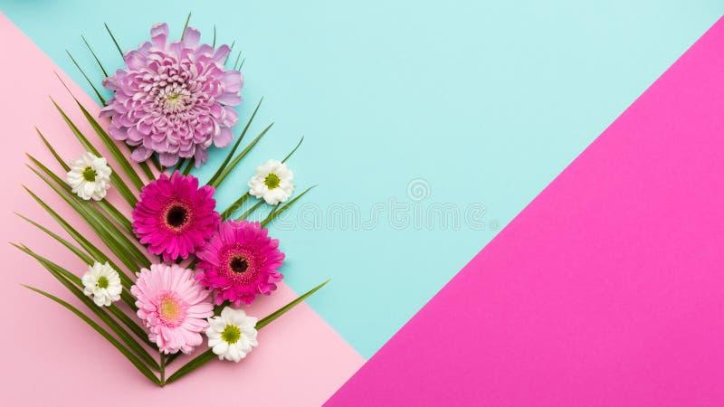 Blumenebene legen glückliches Mutter ` s Tag-, Frauen ` s Tag-, Valentinsgruß ` s Tages- oder Geburtstagshintergrund