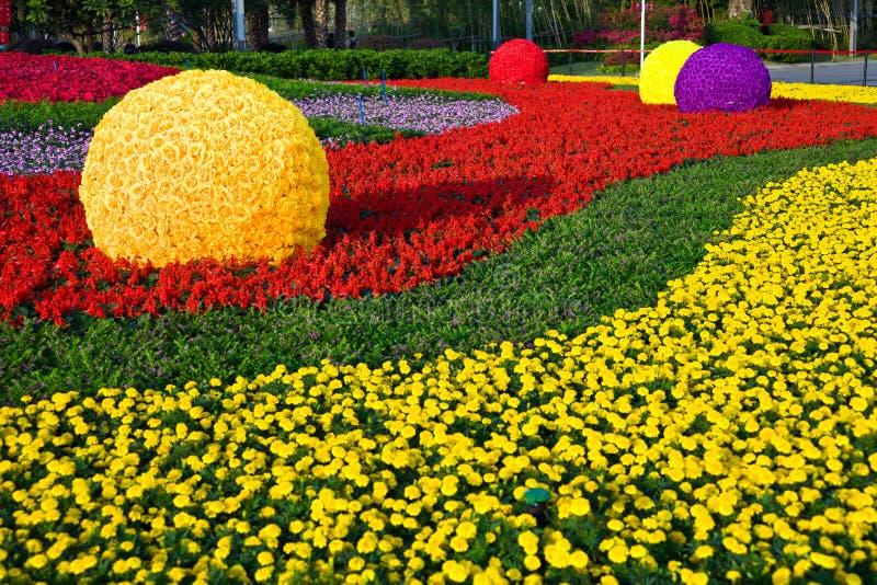 Download Blumenfeld stockbild. Bild von grün, auslegung, hintergrund - 27725375