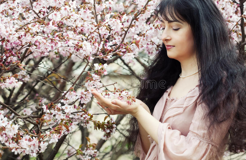 Blumengarten der Brunettefrau im Frühjahr stockfotos