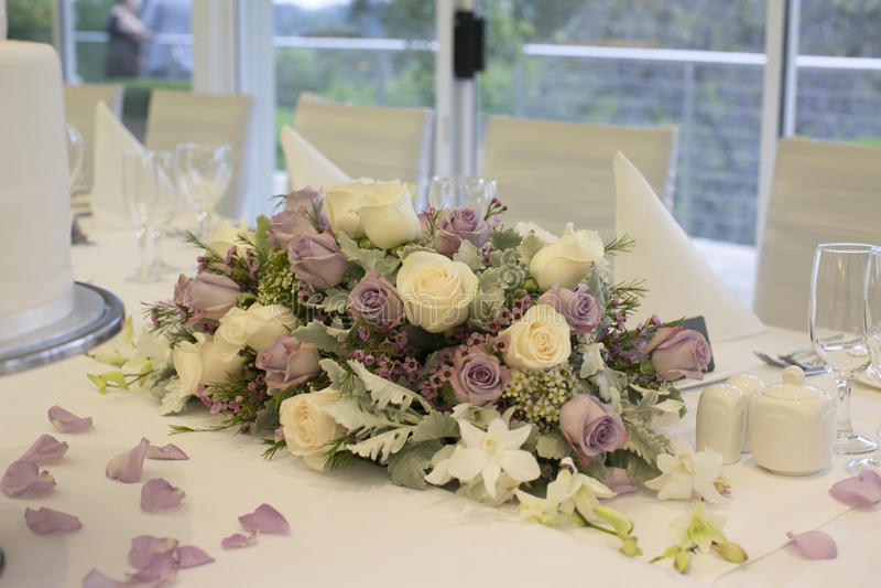 Blumengesteck auf Brauttabelle stockbilder