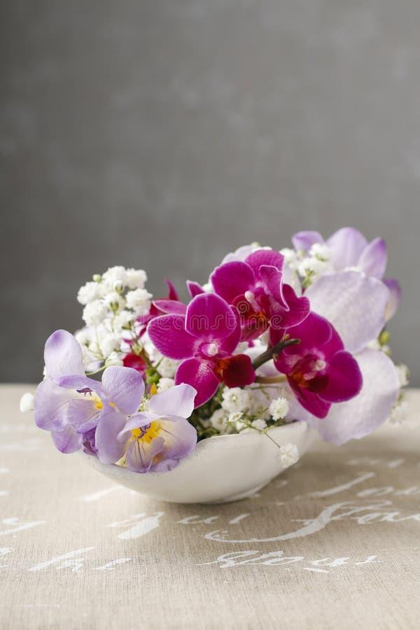 Blumengesteck mit orchideen und freesieblumen stockbild - Dekoration mit orchideen ...