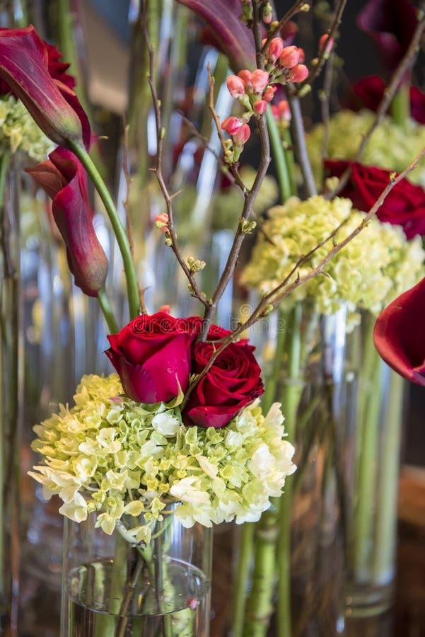 Blumengesteck mit roten Rosen lizenzfreies stockfoto